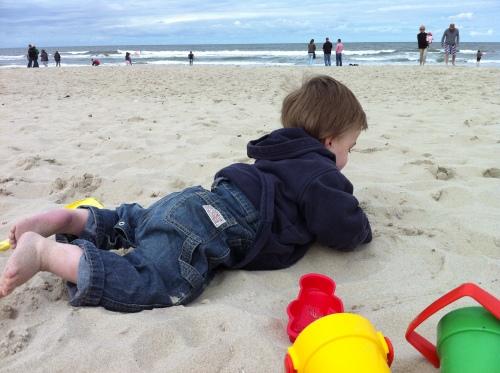 Das Kind braucht Sand und Wasser