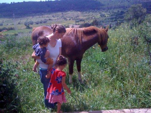 Anna mit Kindern in Israel
