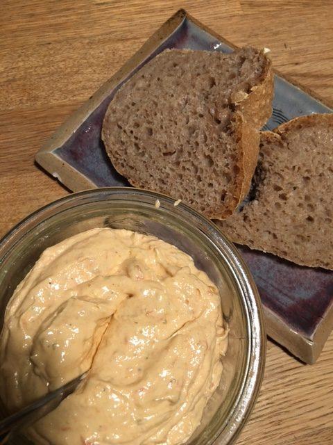 Brot und Tomatenbutter selbst gemacht