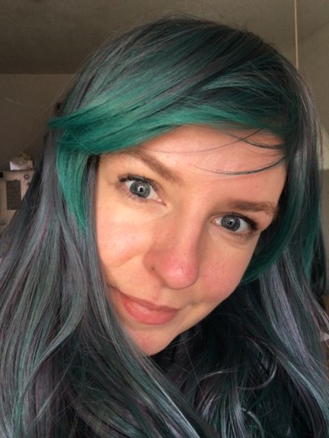 Perücke in blau-grün