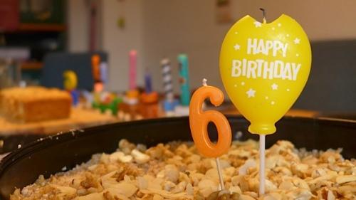 Happy Birthday - Geburtstagskerze auf Kuchen